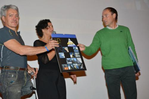 Luca Calzone consegna il calendario 2015 da parte del Club 4000