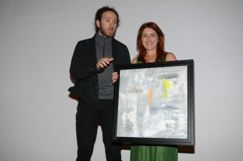 """Nicla Diomede consegna il quadro """"VirgoH121"""" a Simone Salvagnin"""