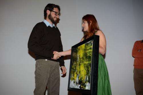 """Nicla Diomede consegna il quadro """"Tra cielo e terra"""" a Carlo Pozzoni"""