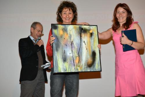 Nicla consegna a Nicoletta Gatteschi il premio categoria Cultura