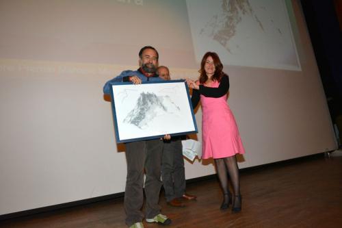 Nicla Diomede consegna a Franco Michieli il premio categoria Ambiente